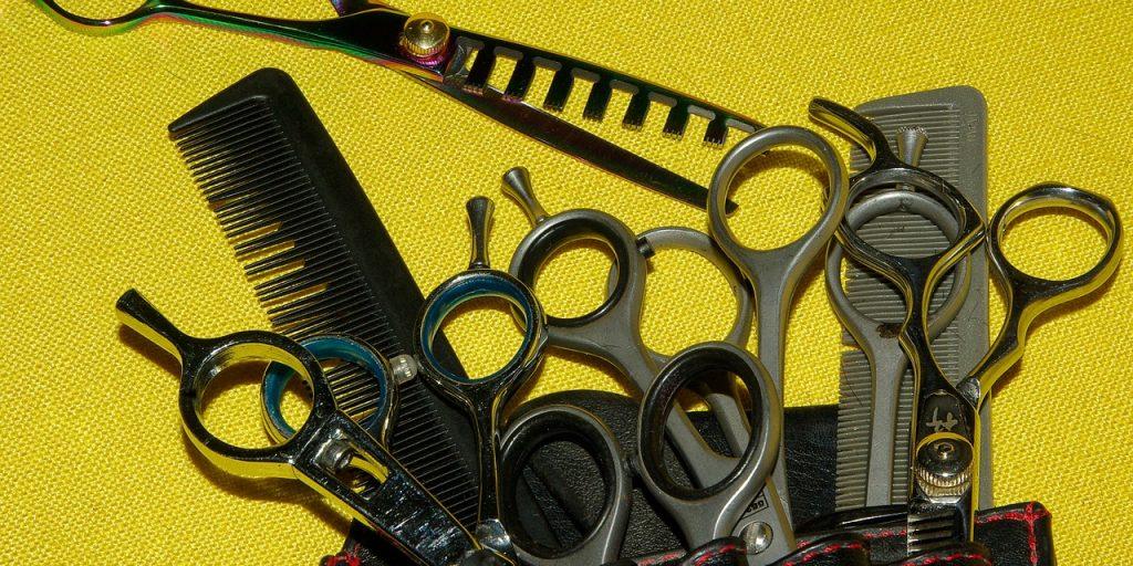 panoplie de ciseaux dans une pochette de coiffeur