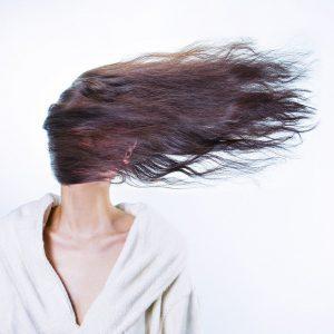 Femme avec des cheveux très épais
