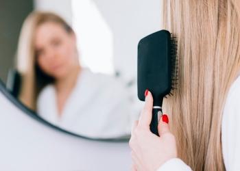 Brosse plate pour démêler avant de couper les cheveux