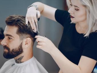 Jeune coiffeuse tenant des ciseaux sculpteurs